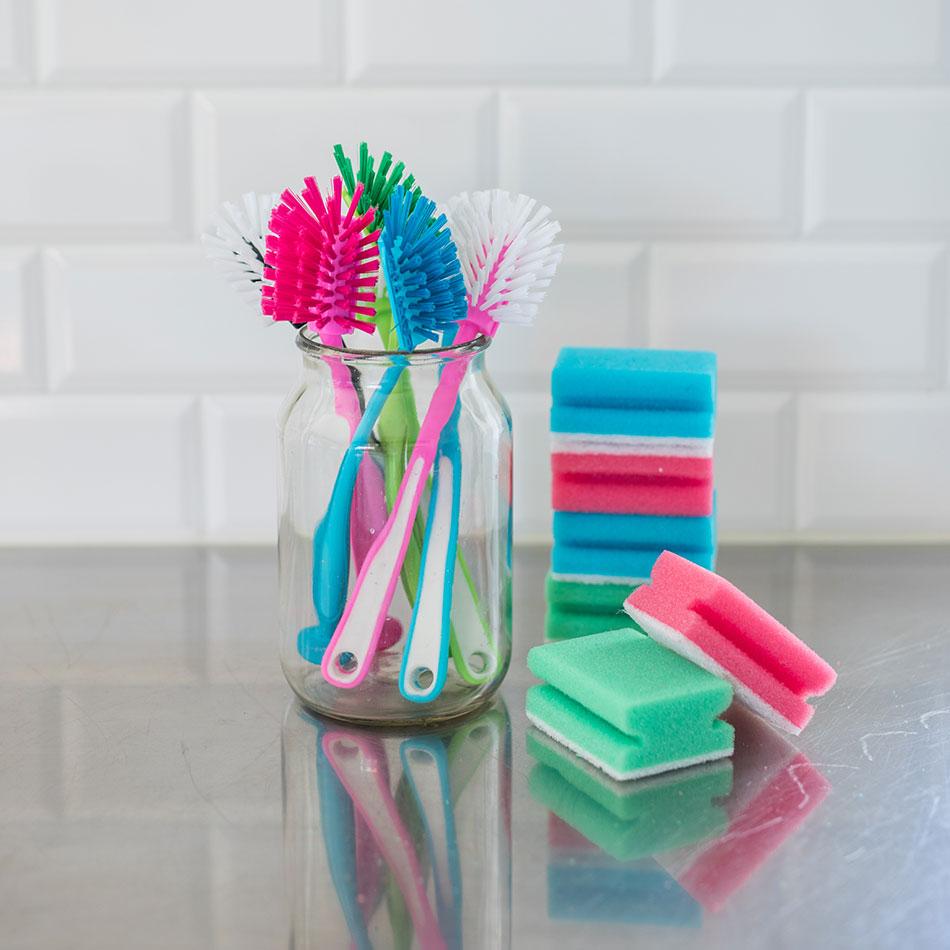 Färgglada diskborstar och kökssvampar