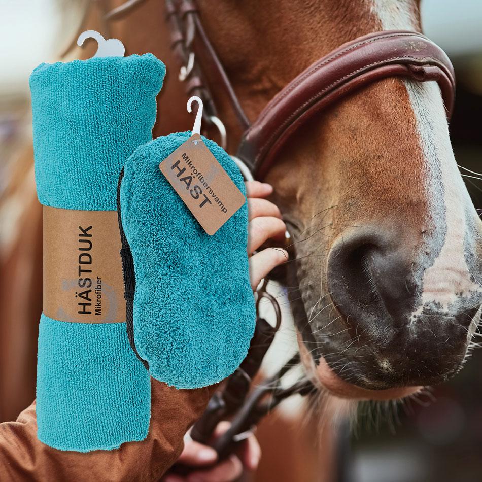Hästtillbehör i mikrofiber, hästdukar och svamp.